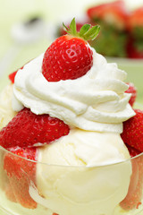 Vanilleeis mit Erdbeeren und Sahne