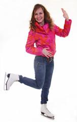 Девушка на коньках машет рукой