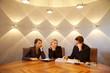 3 Mitarbeiter im edlen Büro bei Besprechung