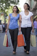 Zwei Frauen beim Einkaufen in der Innenstadt