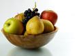 Obst vor weißem Hintergrund in Holzschale