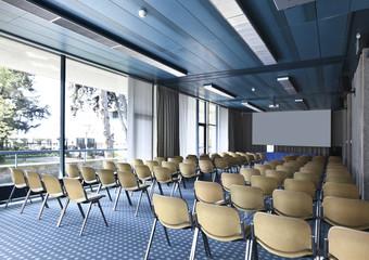 sala riunioni o conferenze con schermo