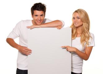 Paar mit leerem Poster zur Werbung