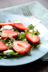 Salad with arugula and strawberries