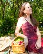 jeune femme dans un jardin