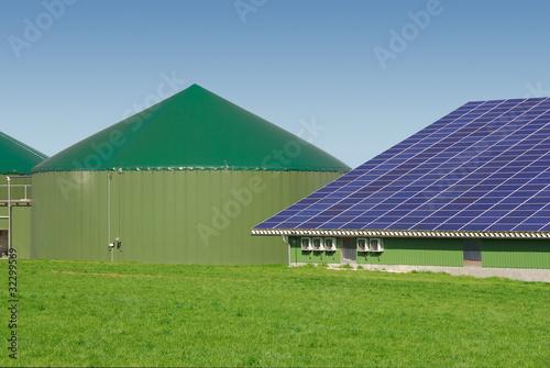 Leinwanddruck Bild Biogasanlage und Solardach 015