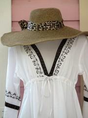 chapeau de paille et robe d'été sur mannequin