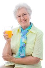 Attraktive Seniorin genießt Orangensaft