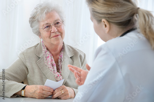 Leinwanddruck Bild doctor explaining diagnosis to his female patient