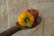 peperoni su cucchiaio di legno