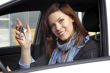 Frau im Auto und Autoschlüssel