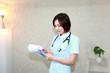 カルテの確認をしている看護師