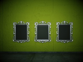Silberne Bilderrahmen vor grüner Wand