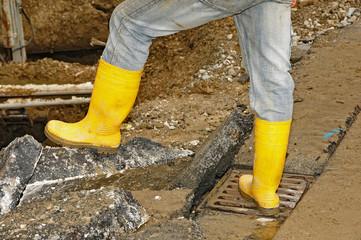 Gelbe Gummistiefel auf der Baustelle