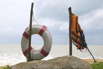 Rettungsringe und Rettungsweste am Strand