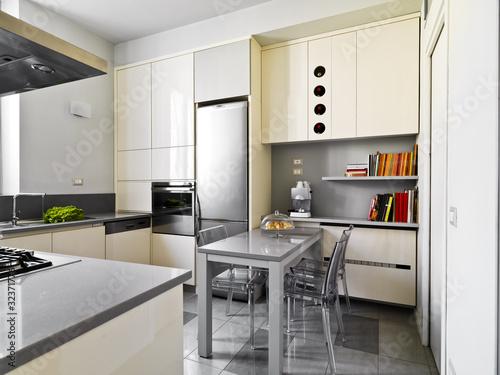 Cucina moderna con tavolo centrale di adpephoto foto for Abbonamento a cucina moderna