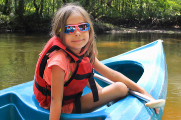 fillette sur le canoë