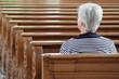 Frau sitzt in Kirche
