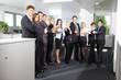 Motivierte Mitarbeiter zeigen Daumen hoch
