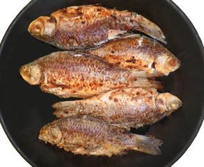 Рыба жарится на сковороде