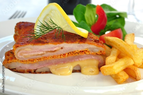 Cordon Bleu mit Pommes und Salat