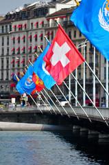 Schweizerflagge und UN Fahnen auf Brücke