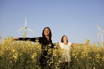 Zwei Frauen und Windenergie
