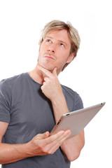 nachdenklicher junger Mann mit tablet-pc