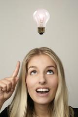 Einer jungen Frau geht ein Licht auf