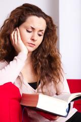 junge Frau beim vertieftem lesen