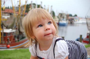 Kind an der Küste