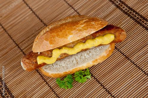 Bratwurst mit Senf  im Brötchen