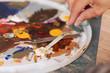 malerin verarbeitet spachtelmasse