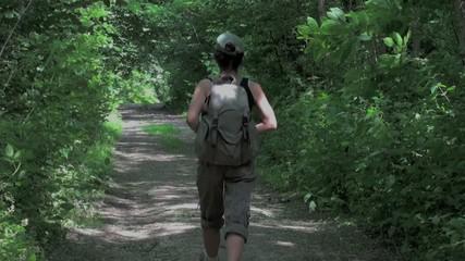 Marcheuse randonneuse traversant une forêt