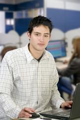 Hombre casual joven con su ordenador portátil