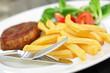 Frikadelle mit Pommes und Salat