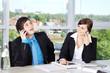Geschäftsleute telefonieren und lachen