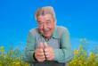 Glücklicher Senior vor blauem Himmel