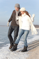 winter couple meer