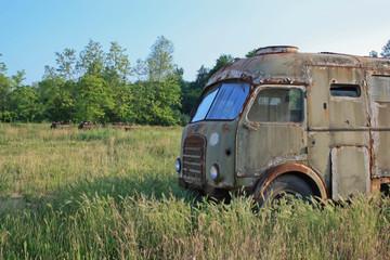 camioncino verde militare arrugginito