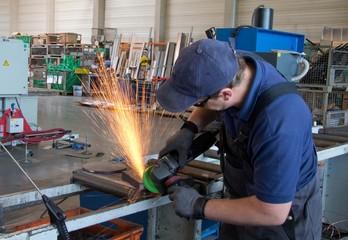 Industriemechaniker beim Schleifen