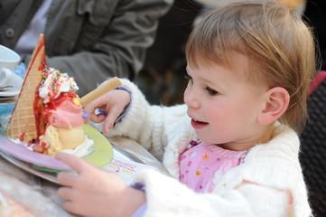 Kleinkind mit Eisbecher