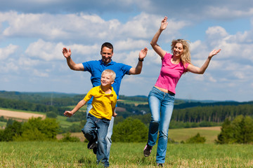 Familie spielt auf der Wiese