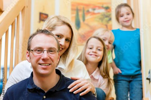 Familie zu Hause auf der Treppe
