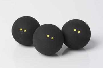 três bolas de squash