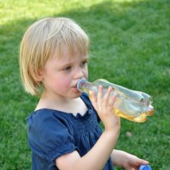 kind beim trinken