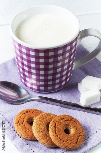 tazza di latte con biscotti