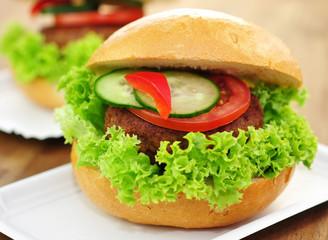 Frikadelle mit Brötchen und Salat