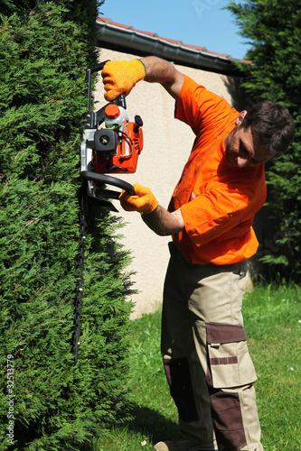 Jardinier p pini riste paysagiste taille une haie for Tarif jardinier paysagiste