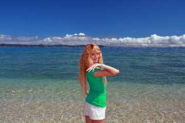 久高島の美しいビーチで日光浴を楽しむ笑顔の女性
